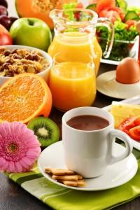 Composición con el desayuno en la mesa. Dieta equilibrada.