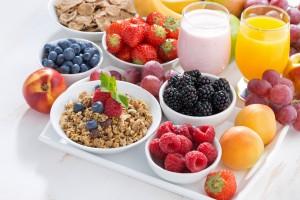 Delicioso y saludable desayuno con frutas, bayas y cereales